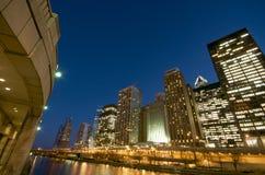 De Rivier van Chicago bij Nacht stock fotografie