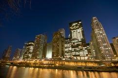De Rivier van Chicago bij Nacht royalty-vrije stock afbeelding