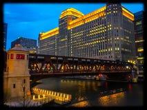 De Rivier van Chicago bij Schemer Stock Afbeeldingen