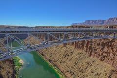 De rivier van Colorado in de canion van Arizona met de brug van Navajo stock foto