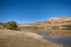 De rivier van Colorado in Dewey Bridge Campground stock foto