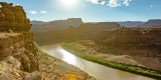 De Rivier van Colorado langs zuivere en ruwe canions stock foto's