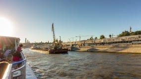 De rivier van dagmoskou overbevolkte van de de ritstad van de passagiersboot de tijdspanne van de het panorama4k tijd Rusland stock videobeelden