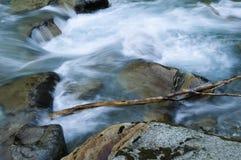 De rivier van de berg in de herfst stock afbeeldingen