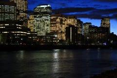 De rivier van de boog in Calgary bij nacht Stock Foto