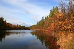 De rivier van de herfst stock afbeelding