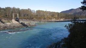 De rivier van de panoramaberg, hangende brug, turkoois water, de zomer en de herfst stock video
