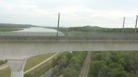 De rivier van de Rhône van trein dichtbij Avignon wordt gezien dat stock video