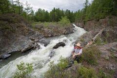 De rivier van de wandelaar en van de berg Stock Foto
