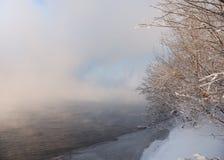 De rivier van de winter in mist Stock Fotografie