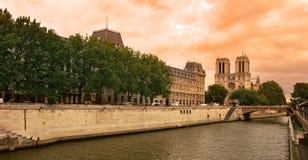 De rivier van de zegen en de kathedraal van het Notre Dame de Paris. Royalty-vrije Stock Afbeeldingen