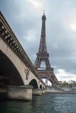De rivier van de zegen en de Toren van Eiffel Stock Foto's