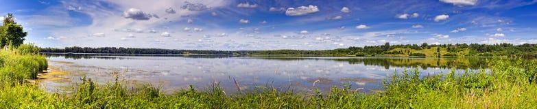 De rivier van de zomer royalty-vrije stock fotografie