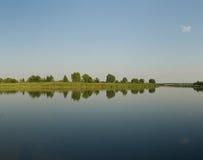De rivier van de zomer, stil water Royalty-vrije Stock Afbeelding