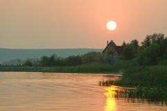 De rivier van de zonsondergang stock foto's