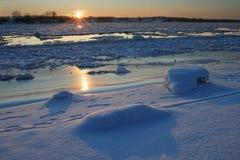 De rivier van de zonsondergang in de winter Royalty-vrije Stock Foto's