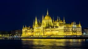 De rivier van Donau en Hongaars Parlementsgebouw bij nacht royalty-vrije stock foto's