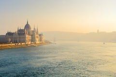 De rivier van Donau en Parlementsgebouw in mist royalty-vrije stock afbeelding
