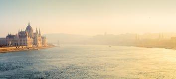 De rivier van Donau met Parlementsgebouw in mistpanorama royalty-vrije stock fotografie