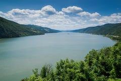 De rivier van Donau overgangbergen Royalty-vrije Stock Afbeeldingen