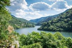 De rivier van Donau overgangbergen Stock Afbeelding