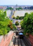 De Rivier van Donau, de Széchenyi-Kettingsbrug de Kabelbaan van de het Kasteelheuvel van Boedapest en de stad stock foto