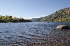 De rivier van het de herfstlandschap met steile banken die met bos worden overwoekerd royalty-vrije stock fotografie