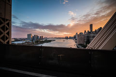 De Rivier van het Oosten van New York en de mening van Manhattan Skyscrappers van Que Stock Foto's