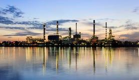 De Rivier van het panorama en de fabriek van de olieraffinaderij Stock Afbeelding