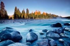 De rivier van Kanasi in de ochtend, Xinjiang, China Royalty-vrije Stock Foto's