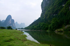 De rivier van Li Jiang en zijn bergen Stock Fotografie