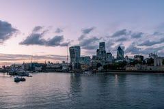 De rivier van Londen bij avond royalty-vrije stock foto