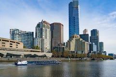 De rivier van Melbourne kruist boot met cityscape van Melbourne op bac Royalty-vrije Stock Foto