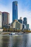 De rivier van Melbourne kruist boot met cityscape van Melbourne op bac Royalty-vrije Stock Afbeeldingen