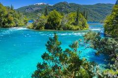 De rivier van Menendez, Los Alerces Nationaal park in Patagonië, Argentinië stock foto's
