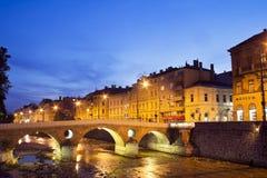 De rivier van Miljacka in Sarajevo de hoofdstad van Bos Royalty-vrije Stock Afbeeldingen