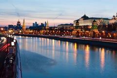De rivier van Moskou bij nacht Royalty-vrije Stock Fotografie