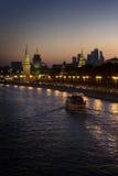 De rivier van Moskou bij nacht Royalty-vrije Stock Afbeelding