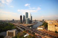De rivier van Moskou, de Derde Ring van het Vervoer in Moskou Stock Foto