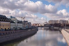 De rivier van Moskou en blauwe hemel royalty-vrije stock foto