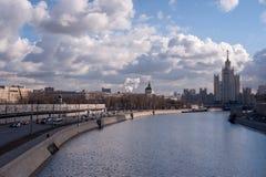 De rivier van Moskou en blauwe hemel stock foto's