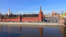 De rivier van Moskou en van de de dijk zonnige dag van het Kremlin de tijdtijdspanne stock footage