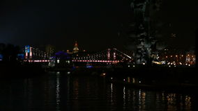 De Rivier van Moskou in het centrum van de stad bij nacht binnen stock videobeelden