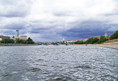 De Rivier van Moskou onder Dramatische Hemel Stock Foto