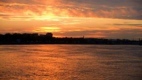 De Rivier van Neva bij zonsondergang stock video