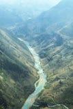 De rivier van Nhoque, bij Ha Giang, berggebied in Noord-Vietnam stock foto