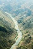 De rivier van Nhoque, bij Ha Giang, berggebied in Noord-Vietnam stock afbeelding