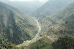 De rivier van Nhoque, bij Ha Giang, berggebied in Noord-Vietnam stock fotografie