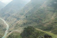 De rivier van Nhoque, bij Ha Giang, berggebied in Noord-Vietnam stock foto's