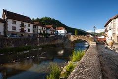 De rivier van Ochagavia en brug, Navarra stock foto
